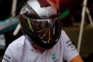 Un reflet dans la visière d'un mécanicien Mercedes