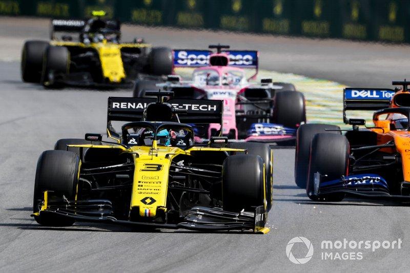 Daniel Ricciardo, Renault F1 Team R.S.19 con el alerón delantero roto, Carlos Sainz Jr, McLaren MCL34, Sergio Pérez, Racing Point RP19 y Nico Hulkenberg, Renault F1 Team R.S. 19