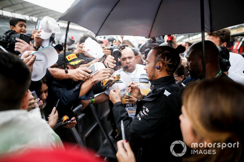 Lewis Hamilton, Mercedes AMG F1 signs an autograph for a fan