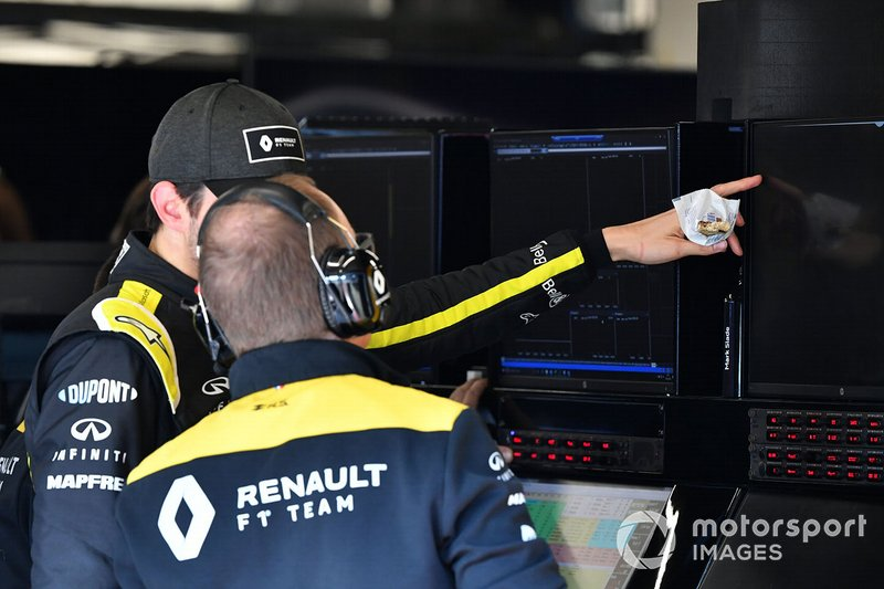 Esteban Ocon, Renault F1 in discussion with an engineer