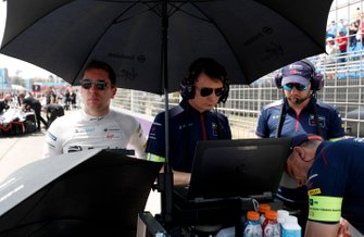 Robin Frijns, Virgin Racing on the grid with team members.