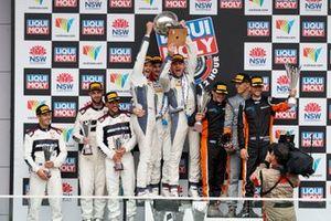 Подиум: победители Жюль Гунон, Максим Суле и Джордан Пеппер, Bentley Team M-Sport, второе место – Алвару Парент, Бен Барникот и Том Бломквист, 59Racing/EMA Racing, третье место – Шейн ван Гисберген, Mercedes-AMG Team Triple Eight Race Engineering