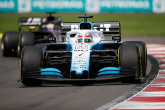George Russell, Williams Racing FW42, precede Romain Grosjean, Haas F1 Team VF-19