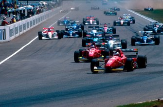 Gerhard Berger, Ferrari 412T1B lidera a su compañero de equipo Jean Alesi, Ferrari 412T1B y Ukyo Katayama, Tyrrell 022 Yamaha al inicio de la carrera