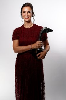 Catherine Bond Muir con il Pioneering and Innovation award vinto dalla W Series