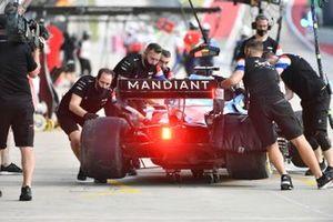 Meccanici in pit-lane con Fernando Alonso, Alpine A521