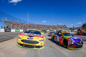 Pace car laps, Kyle Busch, Joe Gibbs Racing, Toyota Camry M&M's Halloween, Clint Bowyer, Stewart-Haas Racing, Ford Fusion Rush Truck Centers