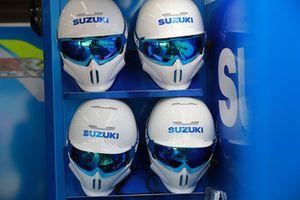 Suzuki pit lane cascos