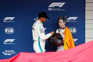 Il pole man Lewis Hamilton, Mercedes AMG F1, riceve il Pirelli Pole Tophy
