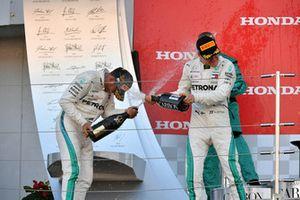 Le vainqueur Lewis Hamilton, Mercedes AMG F1 et Valtteri Bottas, Mercedes AMG F1, fêtent la victoire au champagne sur le podium