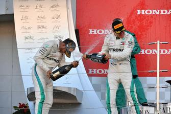 Il vincitore della gara Lewis Hamilton, Mercedes AMG F1 e Valtteri Bottas, Mercedes AMG F1, festeggiano sul podio con lo champagne