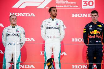Tweede plaats Valtteri Bottas, Mercedes AMG F1, winnaar Lewis Hamilton, Mercedes AMG F1, en derde plaats Max Verstappen, Red Bull Racing, op het podium