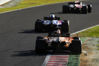 Brendon Hartley, Toro Rosso STR13, leads Fernando Alonso, McLaren MCL33