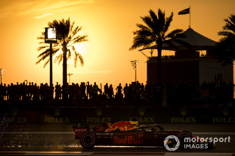 Daniel Ricciardo, Red Bull Racing RB14 saca chispas