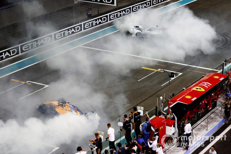 Fernando Alonso, McLaren MCL33, y Lewis Hamilton, Mercedes AMG F1 W09 EQ Power+, realizan donas al final de la carrera