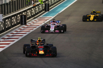 Max Verstappen, Red Bull Racing RB14, voor Sergio Perez, Racing Point Force India VJM11, en Carlos Sainz Jr., Renault Sport F1 Team R.S. 18
