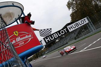 Bandiera a scacchi per #9 Ferrari 488, Formula Racing: Niklas Nielsen
