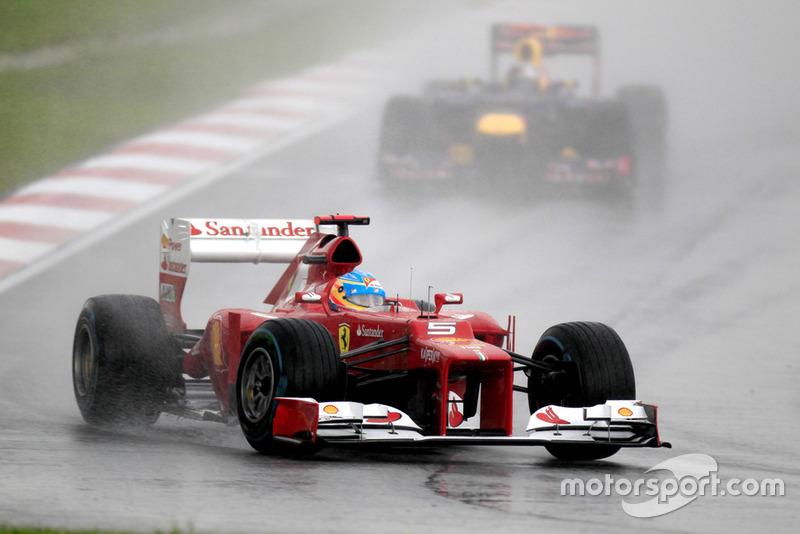Fernando Alonso, Ferrari F2012, precede Sebastian Vettel, Red Bull RB8 Renault