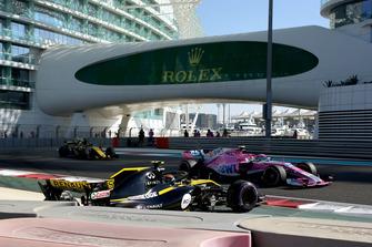 Carlos Sainz Jr., Renault Sport F1 Team R.S. 18 spins and Esteban Ocon, Racing Point Force India VJM11 passes