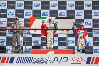 منصّة تتويج السباق الثالث من الجولة الأولى من بطولة الفورمولا 4 الإماراتيّة