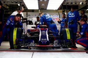 Engineers prepare Pierre Gasly, Scuderia Toro Rosso STR13