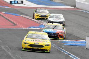 Ryan Blaney, Team Penske, Ford Fusion Menards/Pennzoil, Kyle Busch, Joe Gibbs Racing, Toyota Camry M&M's
