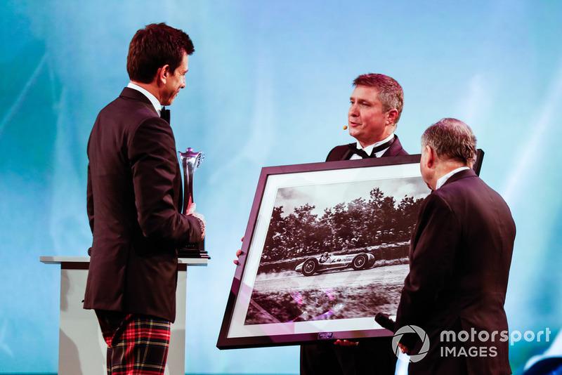 Тото Вольф и фотография автомобиля Mercedes Grand Prix