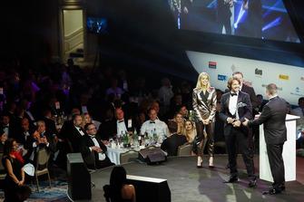 Stephane Ratel reçoit un Gregor Grant Award sur scène