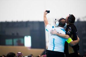 Les ingénieurs BMW I Andretti Motorsport, DS Techeetah prennent un selfie devant le podium