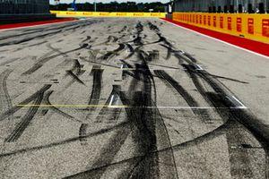 Marcas de neumáticos en la parrilla
