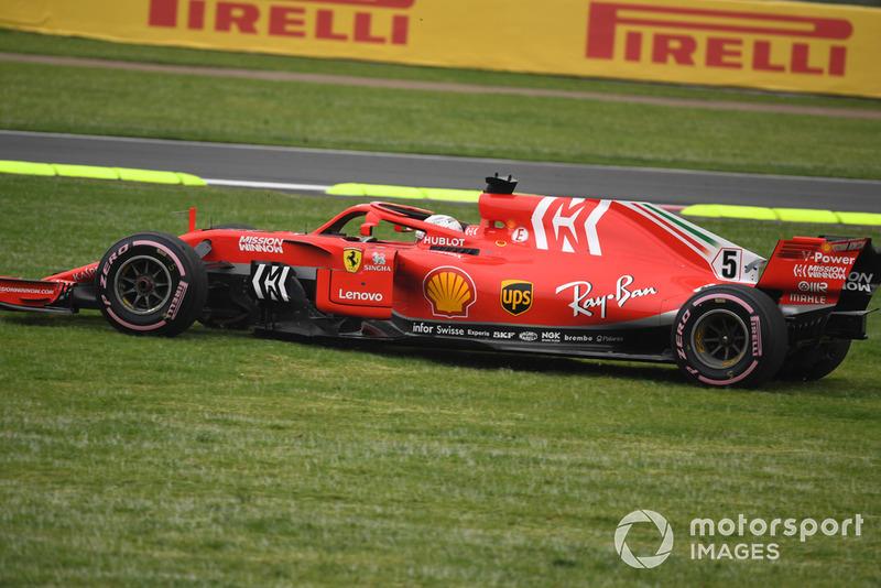 Sebastian Vettel, Ferrari SF71H traverse l'herbe après un tout-droit