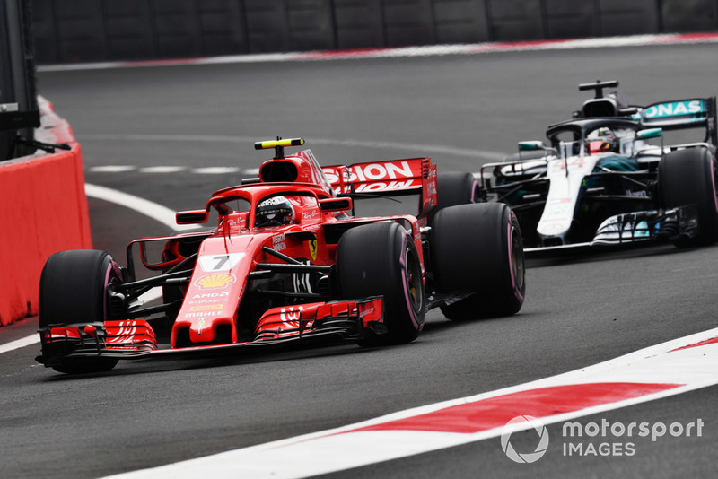Kimi Raikkonen, Ferrari SF71H e Lewis Hamilton, Mercedes AMG F1 W09 EQ Power+