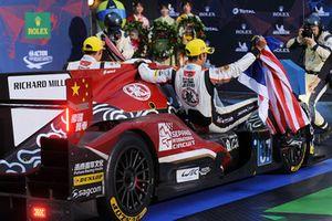 LMP2 ganadores #37 Jackie Chan DC Racing Oreca 07 Gibson: Jazeman Jaafar, Weiron Tan, Nabil Jeffri