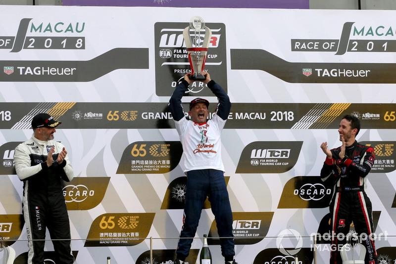 Podio: El campeón Gabriele Tarquini, BRC Racing Team Hyundai i30 N TCR, segundo Yvan Muller, YMR Hyundai i30 N TCR, tercero Esteban Guerrieri, ALL-INKL.COM Münnich Motorsport Honda Civic Type R TCR
