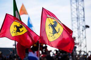Las banderas de Ferrari vuelan en el Parc Ferme