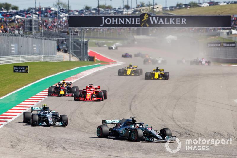 Lewis Hamilton, Mercedes AMG F1 W09 EQ Power+, Valtteri Bottas, Mercedes AMG F1 W09 EQ Power+, Sebastian Vettel, Ferrari SF71H, Daniel Ricciardo, Red Bull Racing RB14, en la salida