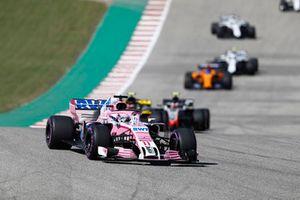 Sergio Perez, Racing Point Force India VJM11, Carlos Sainz Jr., Renault Sport F1 Team R.S. 18, Kevin Magnussen, Haas F1 Team VF-18, y el resto del grupo en la vuelta de formación.