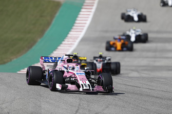 Sergio Perez, Racing Point Force India VJM11, voor Carlos Sainz Jr., Renault Sport F1 Team R.S. 18, Kevin Magnussen, Haas F1 Team VF-18, en de rest van het veld