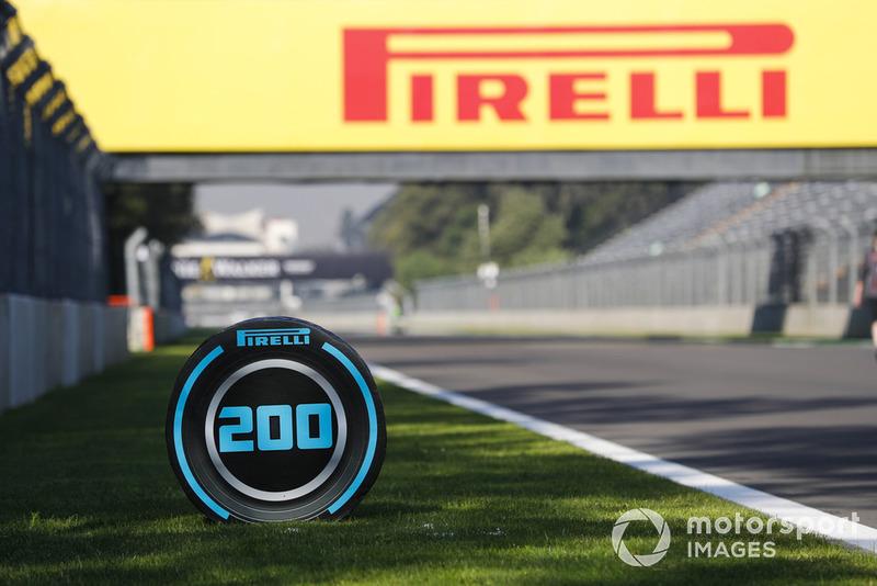 Un indicateur de distance avec le logo Pirelli