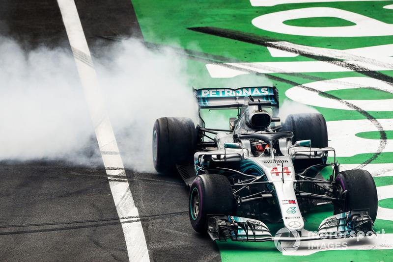 Lewis Hamilton, Mercedes AMG F1 W09 EQ Power+, esegue dei donut per festeggiare la conquista del suo 5° Titolo Mondiale