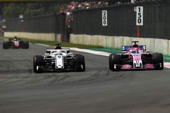 Marcus Ericsson, Sauber C37, battles with Sergio Perez, Racing Point Force India VJM11