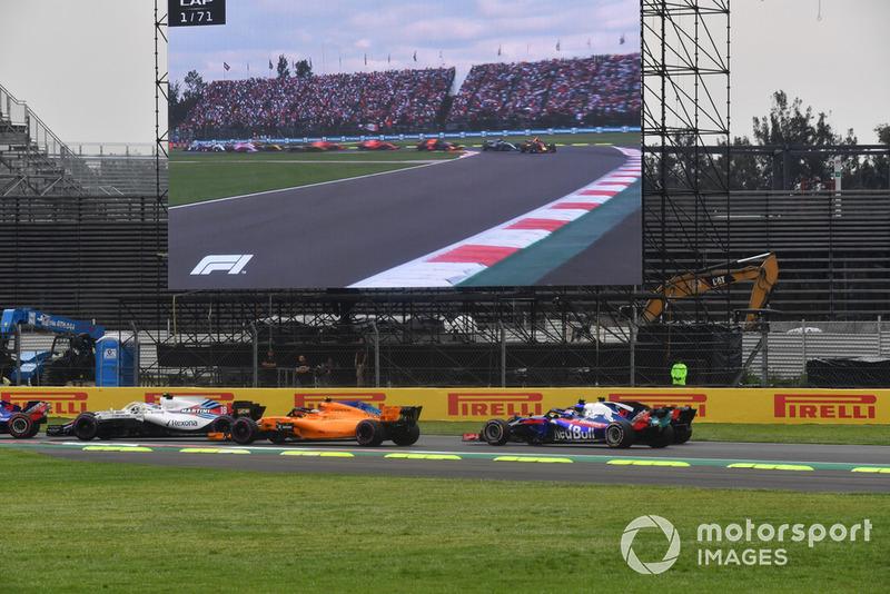Stoffel Vandoorne, McLaren MCL33 y Pierre Gasly, Toro Rosso STR13 al inicio