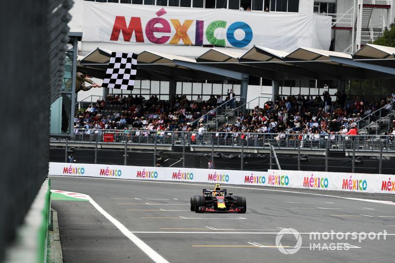 Ganador Max Verstappen, Red Bull Racing RB14 cruza la meta