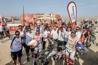 Joaquim Rodrigues, Oriol Mena con miembros del equipo HERO Motorsports