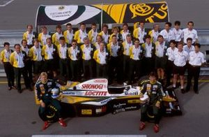 Mika Salo, Alessandro Zanardi e i membri del Team Lotus con la Lotus 109 Mugen-Honda