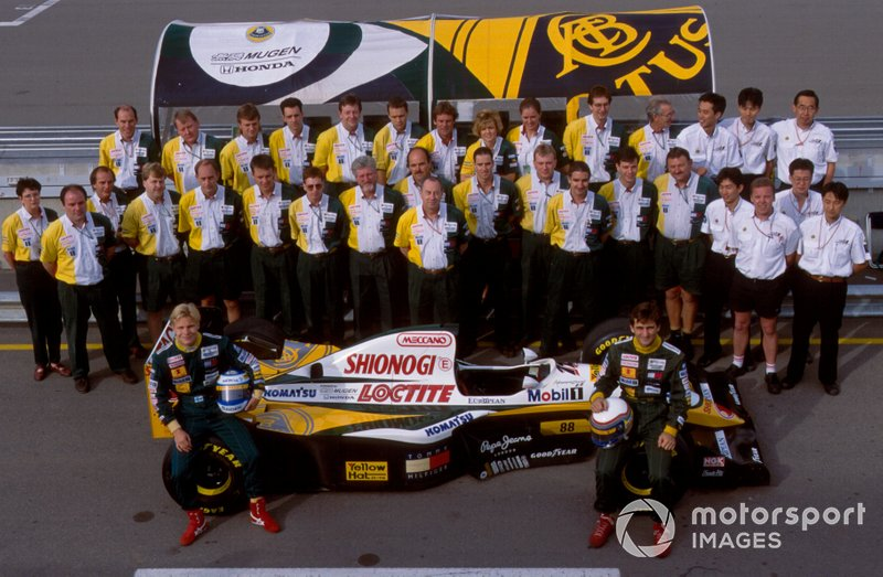 Photo d'équipe pour Team Lotus et ses pilotes Mika Salo, Alessandro Zanardi avec la Lotus 109 Mugen-Honda