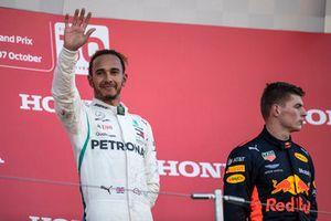 Lewis Hamilton, Mercedes AMG F1 et Max Verstappen, Red Bull Racing RB14 sur le podium