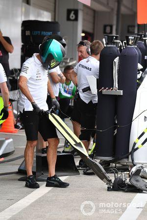 Mercedes AMG F1 front jack mechanic