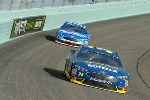 Michael McDowell, Front Row Motorsports, Ford Fusion Speedco/Rotella e Ricky Stenhouse Jr., Roush Fenway Racing, Ford Fusion Fastenal