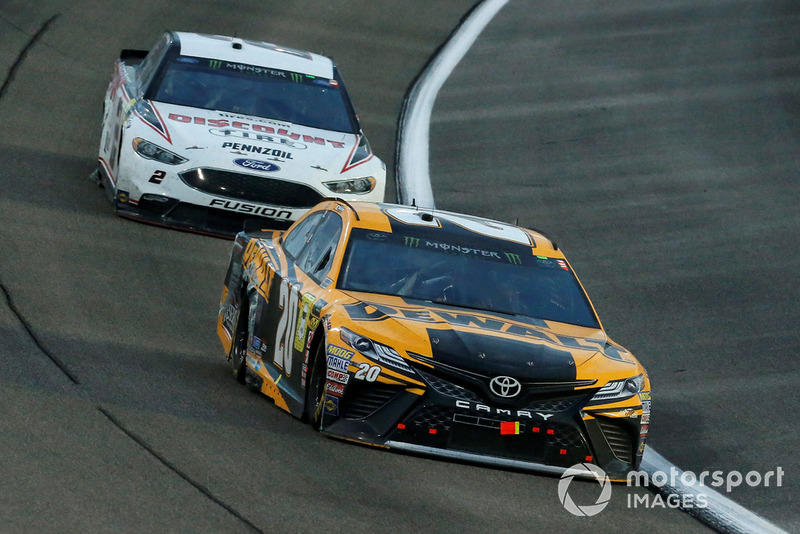 Erik Jones, Joe Gibbs Racing, Toyota Camry DeWalt e Brad Keselowski, Team Penske, Ford Fusion Discount Tire